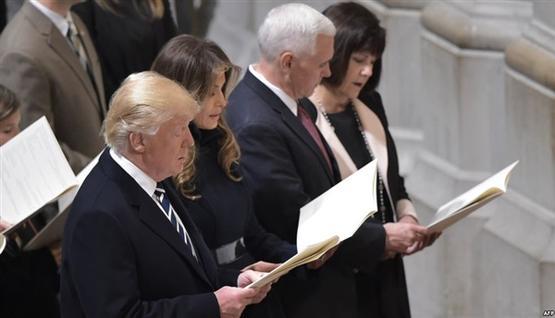 ترامب ينصت بخشوع لتلاوة آيات من القرآن الكريم،في الكاتدرائية الوطنية فى واشنطن