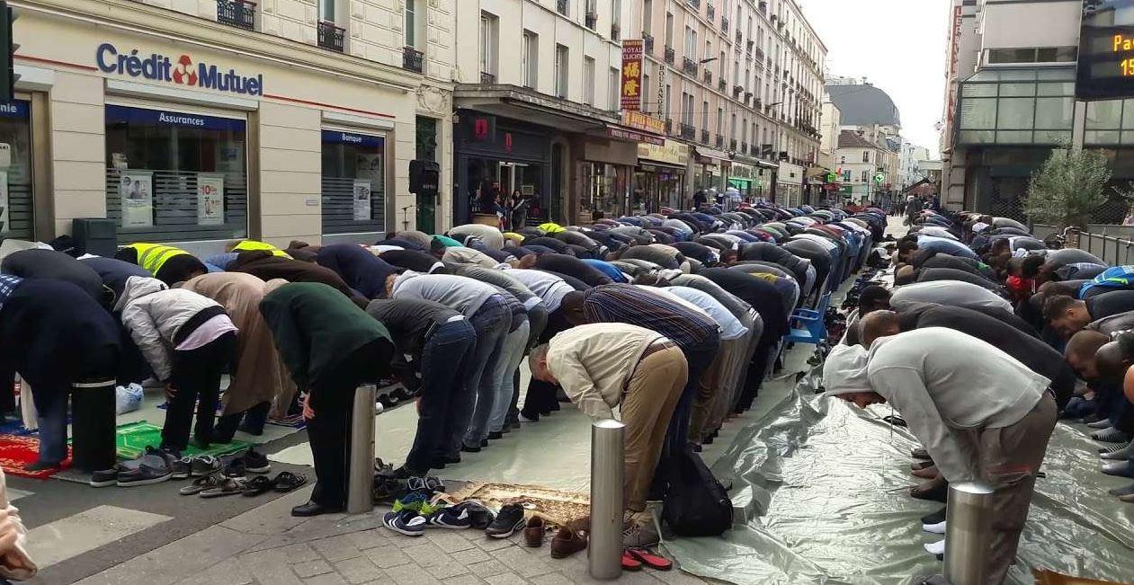 فرنسا تتجه إلى منع المسلمين من الصلاة في الشوارع والأماكن العمومية