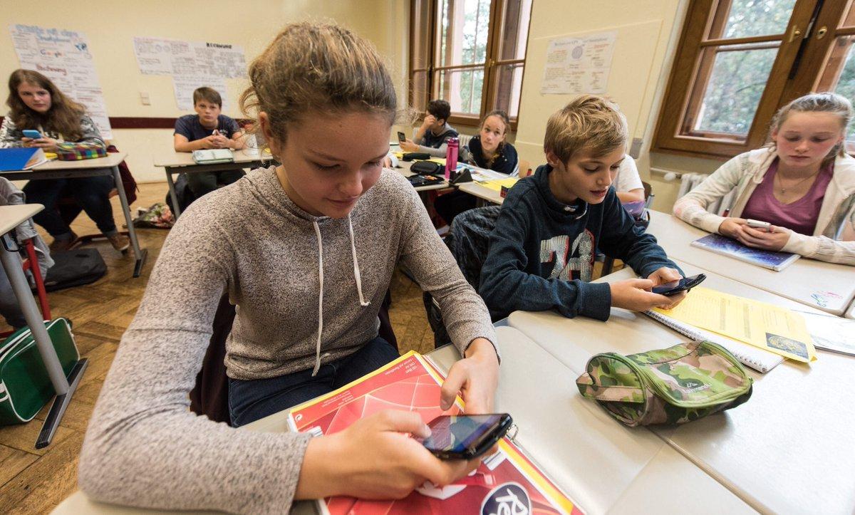 فرنسا تحظر استخدام الهواتف المحمولة في المدارس 2018-07-3110:27:33.4