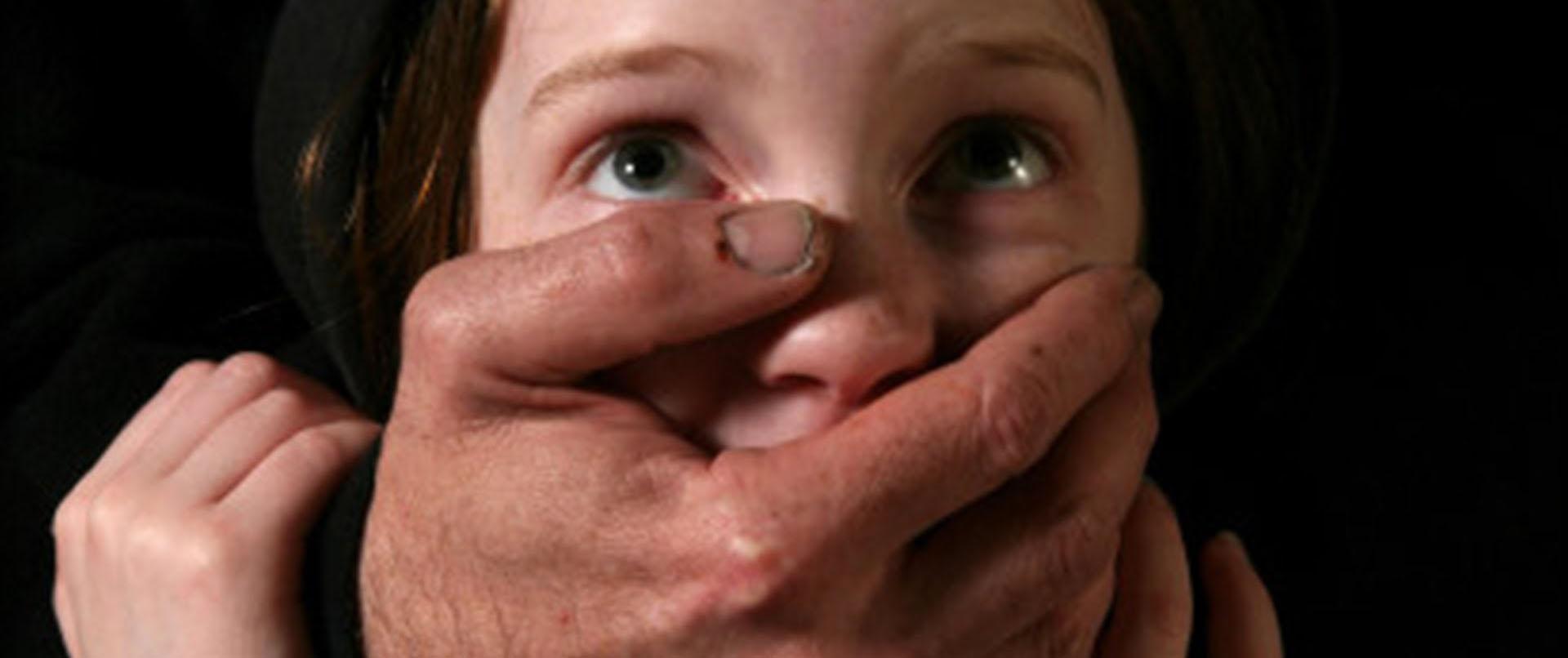 Фото инцеста с отчимом, Инцест фото отец с матерью трахнули дочку на диване 25 фотография